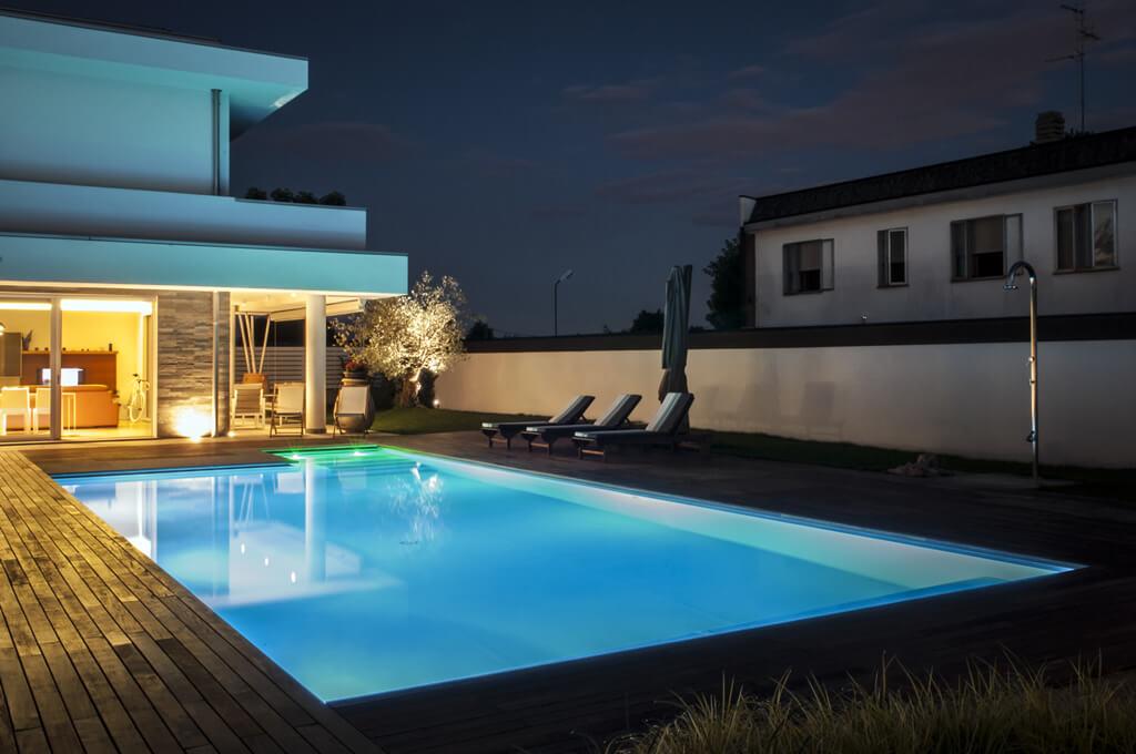 Illuminazione villa con piscina la luce - Villa con piscina milano ...